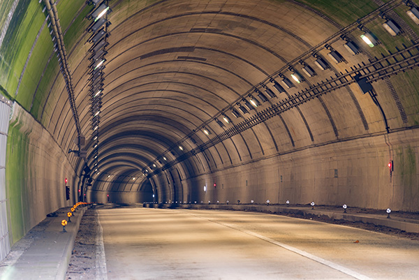 wklejanie kotew chemicznych w budowie tuneli